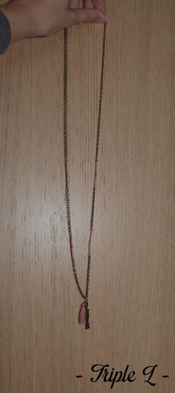 ~ DESCRIPTIF ~ Ce collier sautoir est composé dune chaîne bronze avec breloque en bronze portant linscription Love, des perles saumon et bronze ainsi quun pompon saumon. Il est ajustable grâce à une chaînette en bronze. La chaînette mesure 5 cm. Dimensions du collier : 41 cm de long.  ~ MATERIEL UTILISE ~ - Chaîne couleur bronze - Fermoir et chaînette couleur bronze - Breloques couleur bronze  ~ ENVOI ~ Les bijoux sont envoyés en courrier suivi dans une enveloppe en papier bulle et…