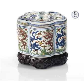 RARE BOITE COUVERTE EN PORCELAINE WUCAI  CHINE, DYNASTIE MING, MARQUE A SIX CARACTERES ET EPOQUE WANLI (1573-1619)