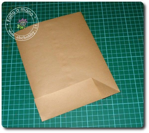 Vediamo come realizzare dei semplici sacchetti di carta usando la carta da pacchi Ritagliare nella carta da pacchi un rettangolo di 33 cm x 26 cm Piegare i lati verso il centro ...