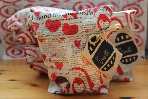 Geschenktüten aus alter Zeitung1zuschneiden & falten2kleben3Boden falten & fertigstellen