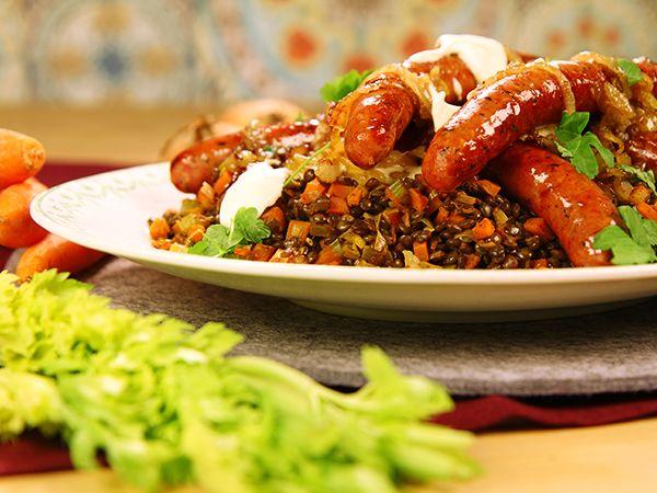 Stekt lammkorv serveras med de trendiga puylinserna och karamelliserad lök. Gott och enkelt!