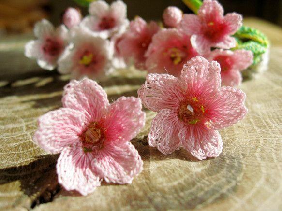 桜をモチーフにしたピアスです。刺繍用の鮮やかなミシン糸を、丁寧に編み上げました。桜をイメージした春のピアスです。中心にはスワロフスキーのビーズを使用しています。洋装にももちろん、和装にもピッタリです。素材に「真鍮・メッキ製品」を使用しています。金属アレルギーの方はご注意ください。* 着用画像のマネキンは頭囲55cmです。ちょっと小顔の女性をイメージしていただくと 想像しやすいかと思います。* お使いのディスプレイにより色味が変わりますので、 実際のお色と微妙に異なることがございます。* 繊細な編み物製品ですので、水濡れや長時間の圧迫で形崩れが起こります。 収納時等はご注意ください。* 一点一点、手作業で制作しておりますので、作品ごとにわずかに異なる場合が ございます、一点ものとしてご理解いただけますようお願いいたします。----------------------------------------------------------モチーフ大きさ 縦横:約1.8~2cm素材:真鍮、ポリエステル糸(花モチーフ)ハンドメイド桜2016春のおでかけハンドメイド2016