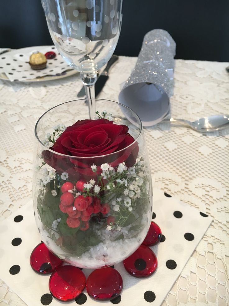 Easy Christmas table arrangements