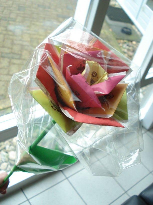 Theeroos! Gemaakt van een stokje omwikkelt met papier en theezakjes. Leuk voor moederdag