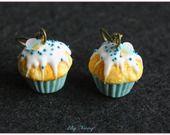 Boucle d'oreille pendantes cupcake bleu ciel glace en pâte polymère fimo earrings : Boucles d'oreille par lilycherry