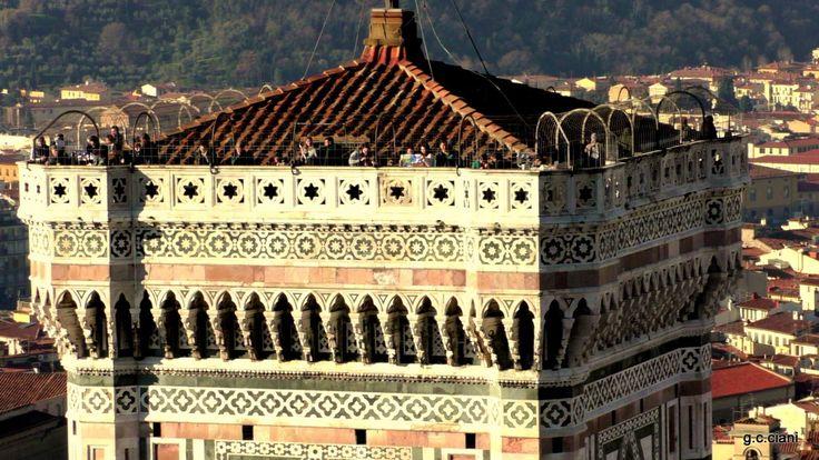 """Campanário de Giotto, a catedral é uma das obras da arte gótica do primeiro período da renascença italiana. É de extrema importância para a história da arquitetura. Sua construção é o resultado de um trabalho de seiscentos anos."""""""