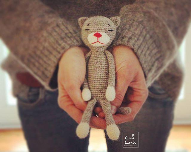 #amineko love 🐱 . Yarn: @Schachenmayr REGIA Hook: 2,5 mm Measurement: 21 cm Pattern : Nekoyama . Muss ich mir Sorgen machen? Schon wieder passt meine Kleidung zum Amigurumi 😂 etwas so wie bei Frauchen und Hund 😄 . #amigurumis #amigurumi #crochet #häkeln #luiluhhandmade #crochetanimal #häkeltiere #katze #cat #kawaii #kawaiicrochet #grey #cute #schachenmayr