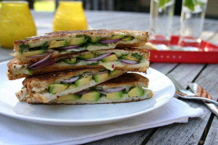 Dit is eigenlijk geen gewone tosti, maar een fancy 'Grilled Cheese Sandwich' met avocado. Dat klinkt al heel anders toch? Ik ben een groot fan van het blog Sesu Chops! Zij heeft net zoals ik een voorliefde voor Aziatische gerechten en ze heeft zelfs haar eigen Korean Food Lab. Ook hou ik van haar humor en vlotte schrijfstijl en haar foto's zijn echt om van te watertanden. Leuk dat ik het recept van deze sandwich op Eetspiratie mag delen, want ik weet zeker dat jullie hem heerlijk gaan…