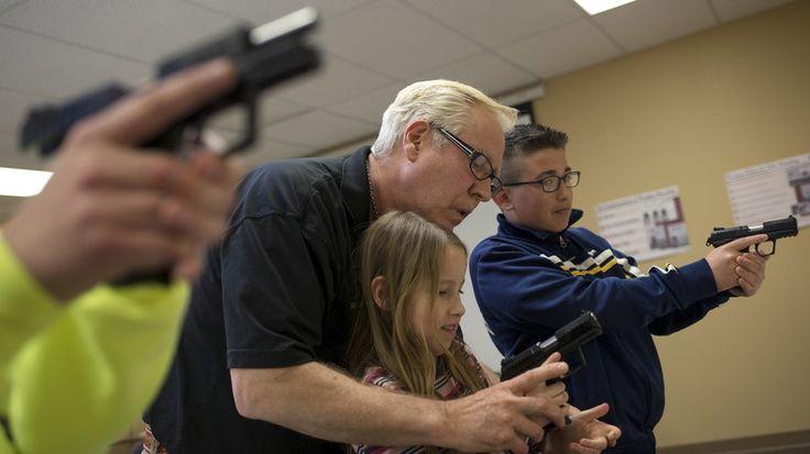 Der deutsche Waffenhersteller Heckler und Koch baut ein Werk in den USA, um auch unter Trump vom größten zivilen Waffenmarkt profitieren zu können und Restriktionen von Waffenlieferungen nach Nahost zu kompensieren. Das Waffenarsenal soll sich aber auf Pistolen, Sport- und Jagdgewehre beschränken.