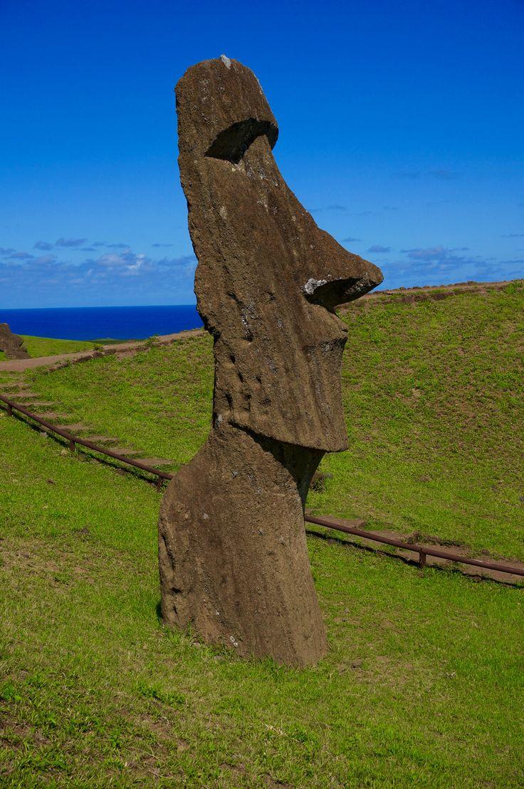 Dans le cratère du Rano Raraku se trouvent des carrières de Moais, île de Pâques / Moais statues quarry Rano Raraku, Easter island