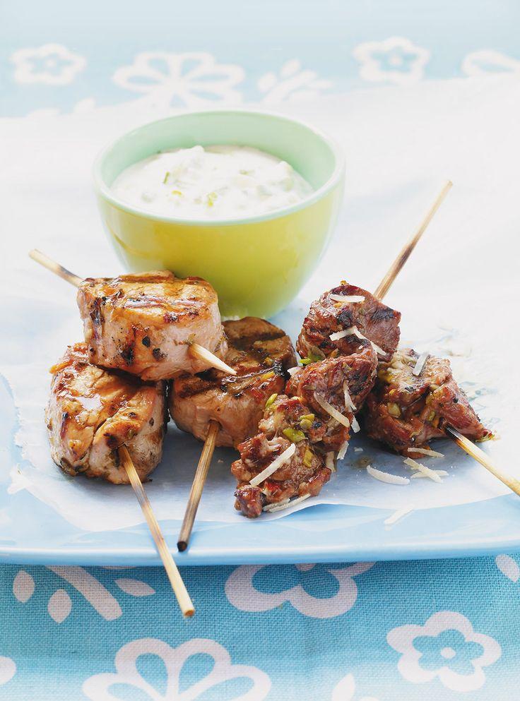 Recette de brochettes de porc souvlaki: recette de saison. Servir à l'apéritif, pour grignoter autour de la piscine ou comme plat principal. À vous de choisir!
