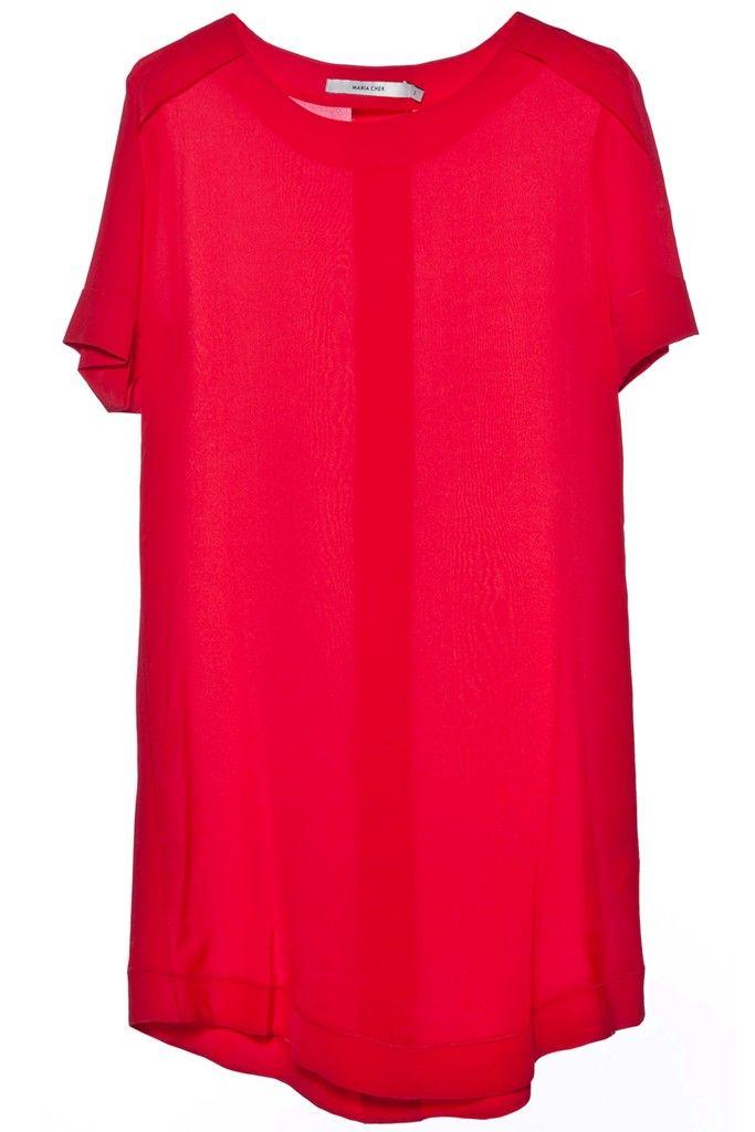 Vestido corto, de seda, manga corta, cuello redondo, calce holgado, con bolsillos a los costados. Composición: 100% seda. Pertenece a la nueva colección P/V 2015 de María Cher.