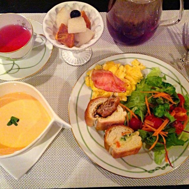 本日の朝ごはん  赤パプリカの冷製スープ(*^^*) ブロッコリー&ハーブのサラダ スクランブルエッグ フルーツ  まゆちゃんから いただいたパン(*^^*)  ローズヒップ&フルーツのハーブティー でした - 100件のもぐもぐ - 赤パプリカの冷製スープ(*^^*) by kumariextreme