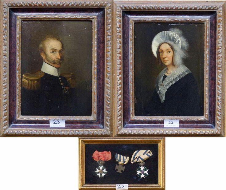 Hollandse school midden 19e eeuw, olieverf op paneel, twee portretten van een echtpaar, heer (militair) met 3 medailles op zijn borst en zijn vrouw met parelketting, kanten kraag en muts met struisvogelvoren