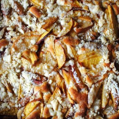 Kruimel-plaattaart met zomerfruit (abrikozen, nectarines, perziken of pruimen)