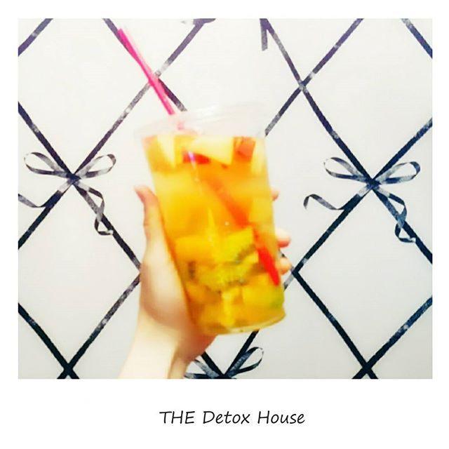 2016/11/05 23:53:02 detox.house ♥. 本日のデットクスウォーターです🍹🌺🌺. . #パイナップル #pineapple #キウイ #kiwi #りんご #apple #みかん #mandarinorange #はちみつ #honey  #水素水 #hydrogenwater . .  本日は🍯美肌成分たっぷり🍯の スーパー💎美容💎ウォーターです💓. . ビタミンは美肌に欠かせない大事な栄養素!. . 今回のフルーツはどれも✴✨水溶性ビタミン✨✴が たーっぷり含まれてるので、美肌にぴったりです💎✨✴. . . 特にパイナップルとりんごはダイエット🔥✨に とっても効果があるフルーツなんです💓💓💓. . キウイやみかんにも食物繊維や 美容💎✨✴に嬉しい成分がたっぷりですし とっても嬉しい組み合わせになってます・:*+.\(( °ω° ))/.:+, . . . 是非お早めのご予約・ご来店お待ちしております🙌🙌🙌💕. . . . . . ※通常は使い捨て容器での販売をしておりますが  ジャーでの販売もしております♥…
