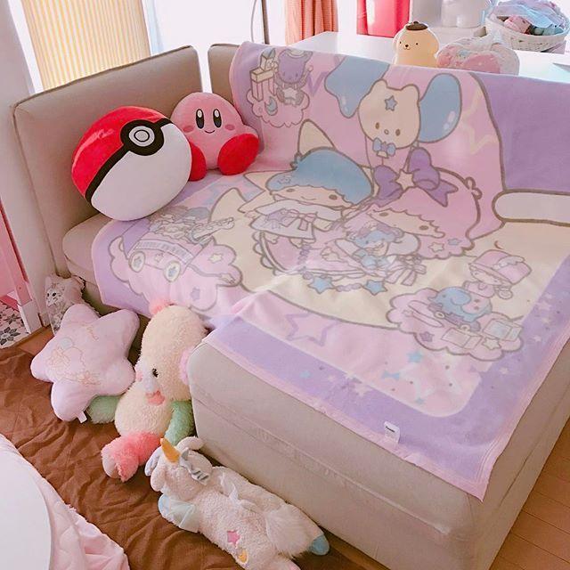 新しいソファにキキララの毛布敷いてみてニヤニヤ...てこれソファ沼やん猫との場所争い必至⚡️ちなみに向かって右はベッドになりますので本当に寝て暮らせます #sanrio #kikilala #littletwinstars #blanket #sofa #ikea #vallentuna #サンリオ #キキララ #リトルツインスターズ #毛布 #ソファ #イケア