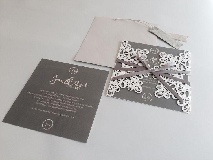 """""""kanten"""" omslag voor je trouwkaart. Ze zijn bij ons nu in verschillende varianten te bestellen. Ontwerp de kaarten erin zelf op de gloednieuwe site of laat ons een kaart op maat maken. #klassieketrouwkaart #kantentrouwkaart #aagjeontwerp"""