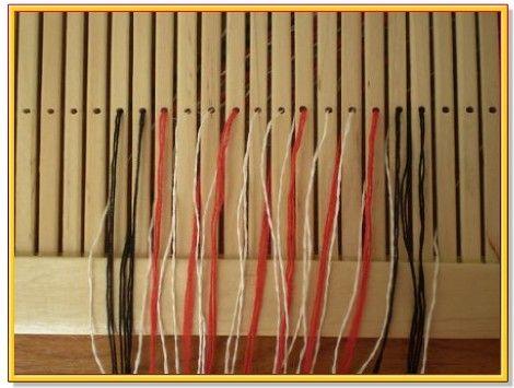 5. Как я уже говорила, можно кромочные нитки сделать больше или меньше по количеству, напрмер, по две чёрные нитки на кромку.Но в моём примере я использую три чёрные нитки, и вот так выглядит заправка в конце.6. После заправки всех ниток связываем их в общий пучок, крепим к неподвижной опоре и расправляем нитки по всей длине.  7. Хорошо натягиваем нитки и связываем их в пучок. Вместо пояса можно использовать скобу, которую крепим при помощи тесьмы или узкого пояска на талии.