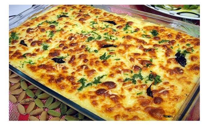 """O Português adora bacalhau, daí este peixe já estar enraizado na nossa cultura! Como se costuma dizer, é o ingrediente das 1001 receitas possíveis! Hoje vamos ensinar-te a fazer o """"escondidinho de bacalhau"""", pois este é simplesmente um dos melhores pratos que poderás provar!! INGREDIENTES 1/2 chávena (de chá) de azeite 4 cebolas raladas 3 …"""