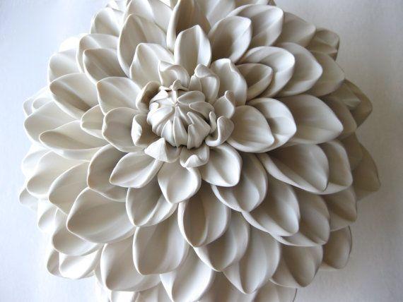 Chaque pétale individuel de la Davenport miel Dahlia est roulé et sculpté par l'artiste donnant à chacun sa propre caractéristique de veines et de détails. Ces pétales sont tous à motifs autour d'une base de création de la complexité et la beauté explosive le le Dahlia de miel Davenport. Chaque base a deux trous inclinées à l'arrière pour accrocher à plat contre le mur. La signature manuscrite de l'artiste est sur le dos de la sculpture.  Taille: 7 x 4 de profondeur Couleurblanc  * Fleur…