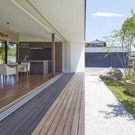晴れた日、庭で寛ぎたくなる縁側のある家