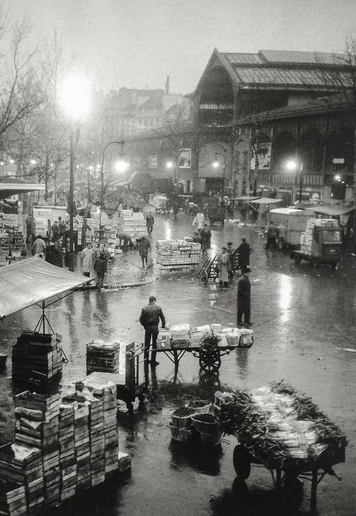 Les Halles, Paris, 1950. Photo: Paul Almasy (Paul Almásy, né Pál Almásy le 29 mai 1906 à Budapest et décédé le 23 septembre 2003)