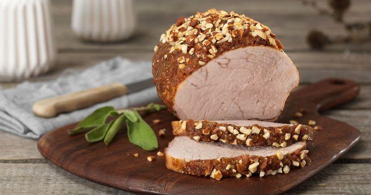 Oppskrift på skinkestek toppet med blant annet fiken, mandler og bacon som er full av deilige julesmaker. Gjestene dine kommer til å elske den! Du kan også bruke svinestek i denne retten.