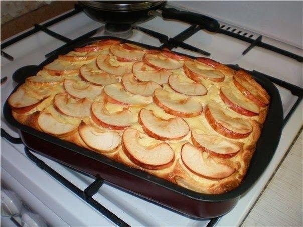 Творожная запеканка со сметаной и яблоками