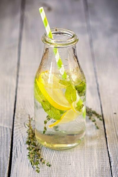 Tymiánová limonáda  INGREDIENCE: • 6 ks větviček čerstvého tymiánu + na ozdobu, • 900 ml perlivé vody, • 300 ml čerstvě vymačkané citronové šťávy, • 250 ml pitné vody, • 150-200 g cukru, • plátky citrónu, • kostky ledu, (lístky máty) /
