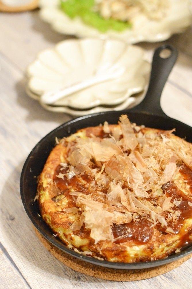キャベツと山芋のふわとろチーズ焼き   野菜だけですが、溶けたチーズとキャベツがよくあい、山芋入りなので、口当たりがふんわりして、キャベツがたくさんいただけます 鈴木美鈴    材料 (17cmスキレット使用) キャベツ 150g 山芋 120g 塩 ひとつまみ 薄力粉 大さじ2 ピザ用チーズ 40g ゴマ油 大さじ1 卵 1個 作り方 1 キャベツは太めの千切りにし2cm長さに切り、山芋はすりおろしておきます。 2 ボウルに、①、卵、塩、薄力粉を加え、しっかり混ぜ合わせ、ピザ用チーズも加えて軽く混ぜ合わせます。 3 フライパンにゴマ油をひき中火にかけ、温まったら②を流し入れ形を整え、焼き色がついたらひっくり返します。 4 蓋をして中火弱で8分蒸し焼きにして器に盛り、お好みソースをかけ、かつお節、青のりをかけて、できあがり。 コツ・ポイント ・生地をしっかり混ぜ合わせないと、フライパンへ広げた時、生地が流れて周りがきれいに固まらないためひっくり返した時、型崩れしやすくなるので、しっかり混ぜ合わせて下さい。 レシピの生い立ち…
