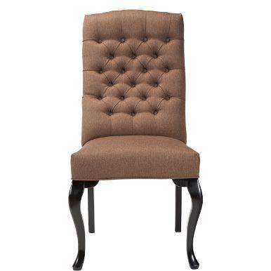 Ob prächtige Rittertafel oder großzügiger Landhaustisch - an Tischen mit Format sehen zierliche Stühle irgendwie verloren aus. Nicht so der Lilou-Stuhl. Mit seiner hohen Rückenlehne, den geschwungene Beinen vorne und der geknöpften Rücklehne verfügt er über eine stattliche Präsenz und bietet zugleich genau den hohen Komfort, den man bei mehrgängigen Menüs und an langen Abenden zu schätzen weiß. Sie haben 4 x die Wahl. Die Butlers-Stühle Lilou, Manon, Louise und Chloè sind mit den gleichen…