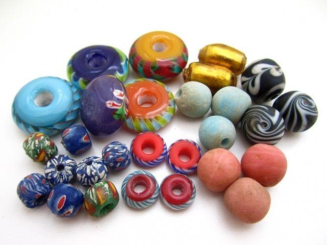 ガラスビーズってこうやってまとめると更に心が弾みます!彩りかな? お菓子みたいだから?小さい頃の気持ちみたいなものがくすぐられます。何に使おうかなぁ~。 http://www.pron.jp/grassbeads.html