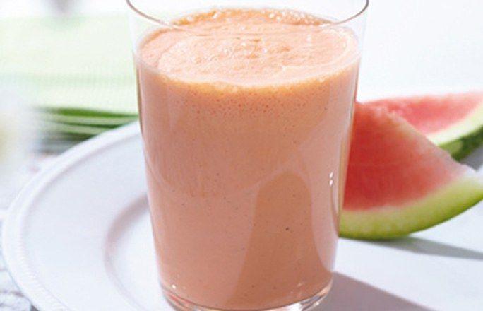 Cremiger Melonen-Smoothie  Zutaten für 4 Gläser: - 100 g fettarmer Joghurt - 200 ml Milch - 200 g Melone (z. B. Wasser- oder Galiamelone), gestückelt und entkernt - 1 EL Apfelsüße oder Honig - 2 Kugeln Vanilleeis