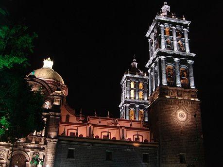 """La Catedral de Puebla es el monumento más representativo de esta ciudad. En los inicios de la """"Ciudad de los Ángeles"""", no estaba contemplada la construcción de una catedral, debido a que la sede de la diócesis estaba en Tlaxcala. Fue hasta1535 cuando el entonces obispo, Fray Julián Garcés, decidió cambiar la sede a esta ciudad, Iniciándose la construcción de una primera catedral."""