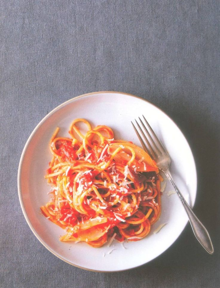 Molho de tomate, cebola e manteiga da Marcella Hazan
