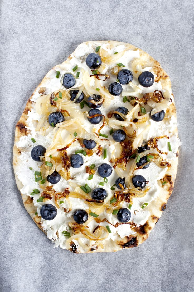 Pizza naan aux bleuets, fromage de chèvre frais et oignons caramélisés