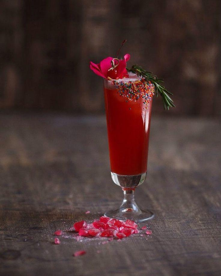 """barboss.proПока @barmejster путешествует , мы расскажем вам про его очередной авторский коктейль 🍹 Рубрика #коктейль на ночь 🤤 #barberry Sling /барбарисовый слинг 🍪Джин 40мл 🍪Сок вишня 40мл 🍪Сок ананас 40мл 🍪Лимонный фрэш 20мл 🍪Сироп из конфет """"барбариска"""" 30мл Вуаля , и не забудет винишку в бокал😂😂😂 Мы делаем такую же вкуснЯтину на ваших мероприятиях ,выездной бар от нашей команды ,звоните ☎️8(923)520-6003  И пейте вкусные коктейли 🍹"""
