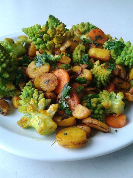 POELEE DE LEGUMES D'AUTOMNE (Pour 2 P : 3 petites pommes de terre, 1 carotte jaune, 1 carotte orange, 1/2 bouquet de coriandre, 1 oignon, 1/2 chou romanesco, 1 c à c de curcuma, huile d'olive, sel, poivre)