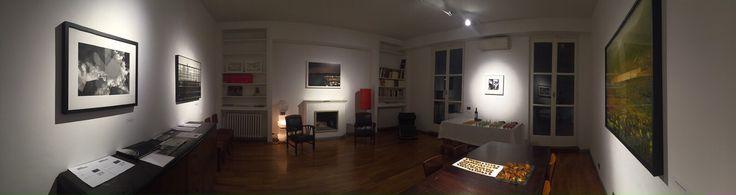 La mostra è ospitata negli uffici di Zaccaria 4: si tratta di uno studio professionale, abitato da diversi professionisti, che hanno dato il consenso all'apertura degli spazi riservati all'attività professionale all'arte e ad un evento che potesse renderlo parzialmente pubblico.