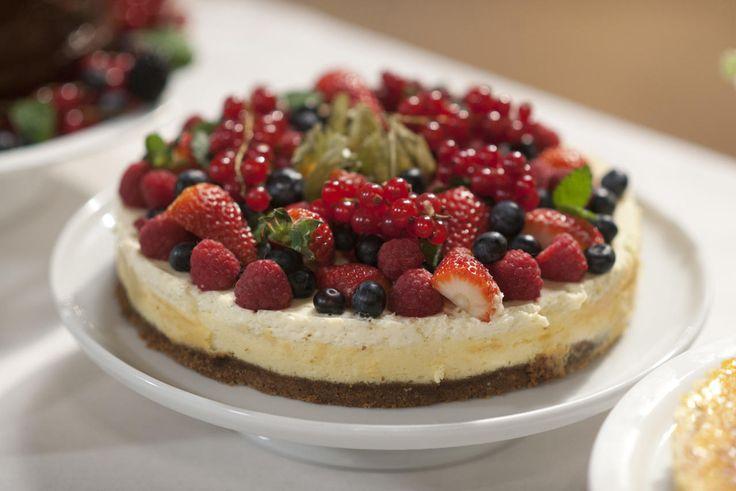 En frisk ostekake dekket harmonisk med masse bær servert med hjemmelaget jordbærsaus. Dette er en av tre av vinnerkakene til Ida Gran-Jansen fra «Hele Norge baker».