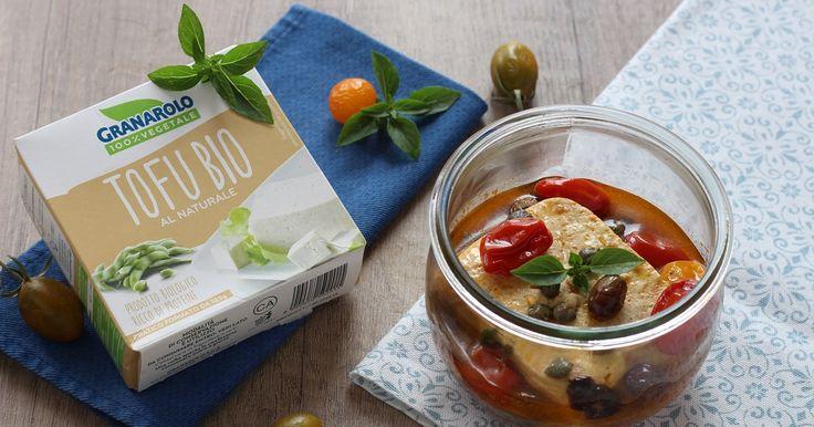 Gustosissimo il tofu in vasocottura alla greca, una ricetta sana, gustosa e velocissima! Grazie a questa tecnica sarà pronto in 5 minuti.