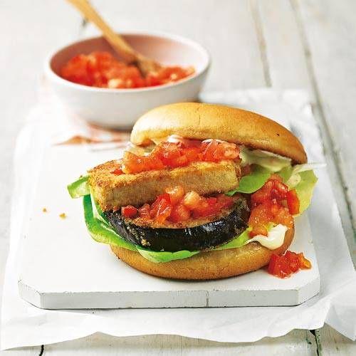 Statt einer Frikadelle wandern diesmal Tofu und Aubergine ins Burger-Brötchen. Beide werden in Scheiben geschnitten, paniert und gebraten - lecker! Zum Rezept: Tofu-Auberginen-Burger