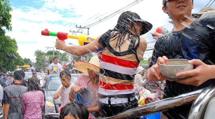 """""""Happy newyear!' Zegt een Thaise jongen terwijl hij mijn gezicht vol smeert met een kleiachtig mengsel. Ik vind dit niet erg, omdat ik binnen een paar tellen toch weer schoongespoeld wordt met water door de eerst volgende persoon die ik tegen kom."""" Lees verder op https://www.reiskrantreporter.nl/reports/3220"""