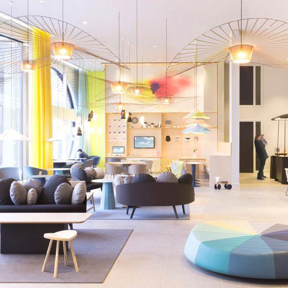 Constance Guisset & Novotel s'accordent pour un nouveau concept d'aménagement A La Haye et à Paris, la designer Constance Guisset a imaginé un nouveau concept de services généraux pour Suite Novotel. Une approche qui vise à penser l'hôtel tel une maison, avec tout le confort domestique à disposition dans un univ...