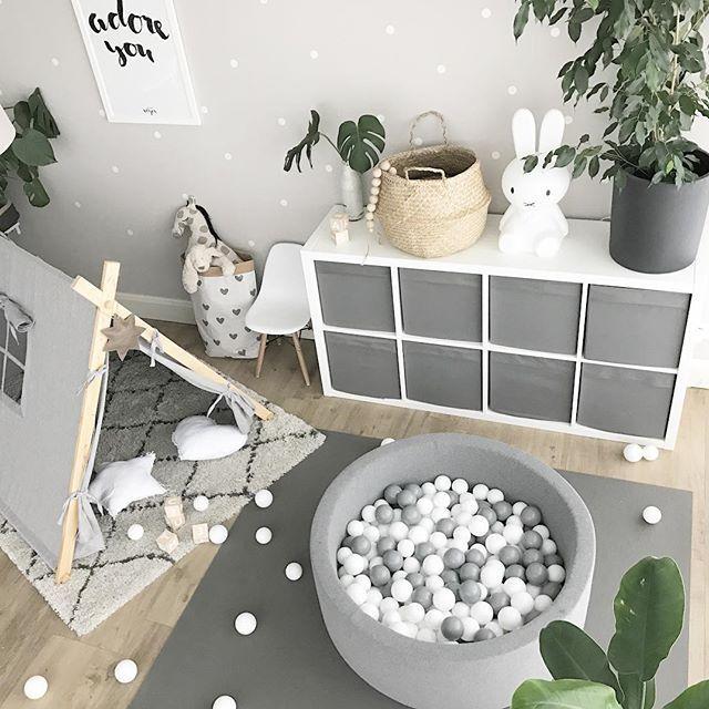 Bällebad, Spielecke, Zimmer Jungen einrichten Ideen Wohnzimmer neutral, Spielzelt, Regal für Spielzeug, Kinderzimmer, kidsroom