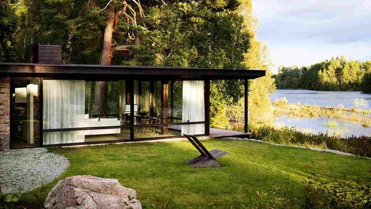 Дом в окружении природного пейзажа в Швеции