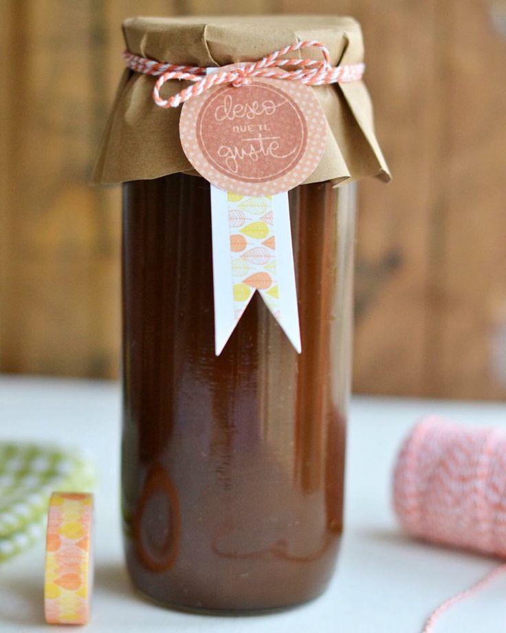 Frasco de miel casera decorado con papel kraft, baker's twine naranja, sello Lora bailora, y washi tape hojas de @lorabailora.   http://washitape.es/174-lora-bailora  #washitape #washitapeideas  #regalos #present  #hazlotumismo #diy #packaging #conservas #regalosespeciales #regalitos