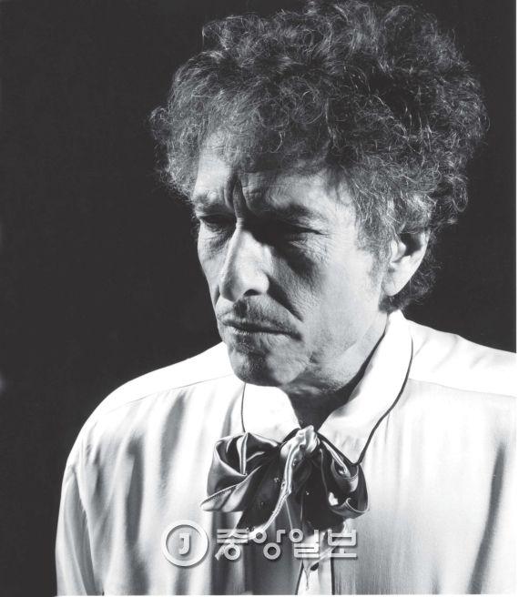 올해 노벨문학상은 미국 가수 겸 시인 '밥 딜런' 돌아갔다.