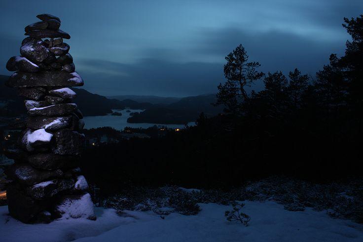 Foto: AK Stensland, Byremo, Audnedal, Norge Kveldsbilde av varden på Byremoheia, med utsikt over Øydna i bakgrunnen :)